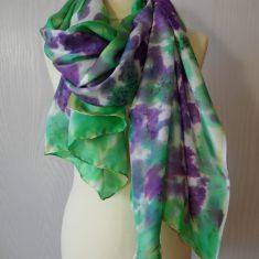 Echarpe de seda natural 90x180 cm con motivo abstracto de flores de glicinias.