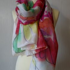 Echarpe de seda natural 90x180 cm con motivo de flores abstractas en rojo.