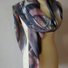 Echarpe de seda natural 90x180 cm con motivo abstracto en negro y tonos marrones.