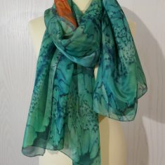 Foular grande de seda natural 90x180 cm con motivo abstracto verde y naranja.
