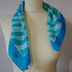 """Pañuelo de seda natural 55x55 cm ( 21,5""""x21,5"""") con motivo espiral en diferentes tonos de azules y verdes."""