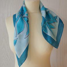 """Pañuelo de seda natural 55x55 cm ( 21,5""""x21,5"""") con motivo de Flores azules ."""