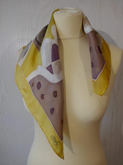 """Pañuelo de seda natural 55x55 cm ( 21,5""""x21,5"""") con motivo geométricos en diferentes tonos de marrones y dorados."""