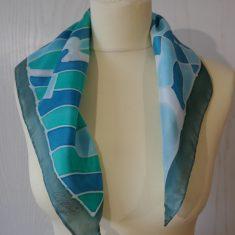 """Pañuelo de seda natural 55x55 cm ( 21,5""""x21,5"""") con motivo geométricos en diferentes tonos de azules."""