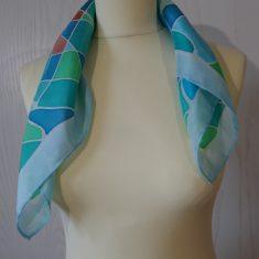 """Pañuelo de seda natural 55x55 cm ( 21,5""""x21,5"""") con motivo de ondas en diferentes tonos de azules, verdes y naranja.."""
