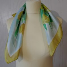 "Pañuelo de seda natural 55x55 cm ( 21,5""x21,5"") con motivo de tulipanes amarillos."
