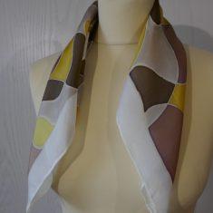 """Pañuelo de seda natural 55x55 cm ( 21,5""""x21,5"""") con motivo de ondas en diferentes tonos de marrones y grises."""